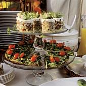 Matjes-Tatar-Türmchen & Spinat-Frittata auf einer Etagere