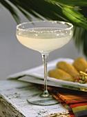 Margarita im Cocktailglas auf weißem Holztisch
