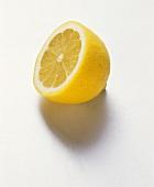Eine Zitronenhälfte