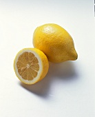 Zitronenhälfte vor ganzer Zitrone