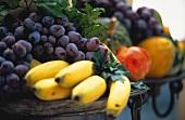 Früchtestilleben mit Bananen, Trauben, Granatapfel etc.