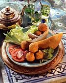 Falafel (Kichererbsenbällchen) auf Teller und Pfefferminztee