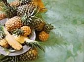 Einige Ananas und zwei Ananasviertel