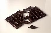 Eine angebrochene Tafel Zartbitterschokolade