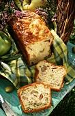 Pikanter Kuchen mit Schinken und Oliven