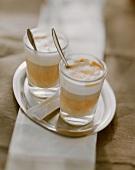Zwei Gläser Latte Macchiato auf Serviertablett