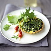 Spinach tartlet with two radishes