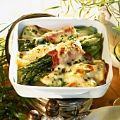 Gratin of green asparagus with ham