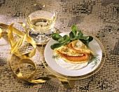Kräutercrepe gefüllt mit Lachsforelle und ein Glas Sekt