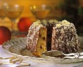 Kokos-Ananas-Kranz & Tortenzange auf Tortenteller