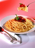 Spaghetti alla Bolognese on plate and on fork