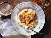 Kaiserschmarrn mit Äpfeln auf Teller