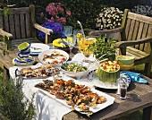 Grillfest im Garten: Tisch mit Grillfleisch & Gerichten