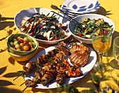 Gedeckter Tisch für Grillparty: Grillfleisch & Gerichte
