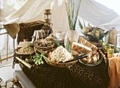 Exotisches Buffet mit Couscous-Salat im Safari-Look