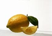 Eine Zitrone und ein Zitronenschnitz
