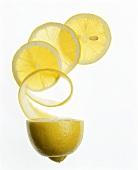 Zitronenhälfte und Zitronenscheiben