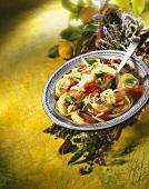 Spaghetti mit Tomaten, Schinken und Basilikum