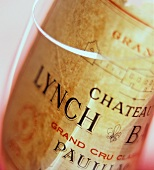 Weinetikett eines Chateau Lynch-Bages in leerem Weinglas
