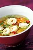 Sauer-scharfe Suppe mit Gemüse und Omelettstreifen