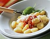 Gnocchi pomodoro e pancetta (Gnocchi in Tomaten-Speck-Sauce)