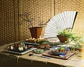 Asiatisches Tableau mit Sushi,Wasabi,Ingwer,Röllchen,Suppe
