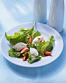 Rocket salad with goat's cheese balls and strawberries