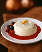 Panna cotta con salsa di bacche (Cream dessert with fruit sauce)
