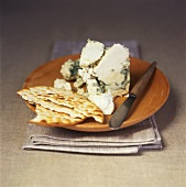 Blue-veined cheese with crackers