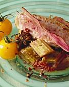 Rotbarbe mit Rhabarber und gelben Tomaten