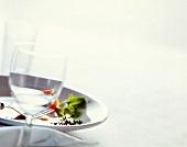 Weinglas vor einem leer gegessenen Teller