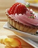 Törtchen mit Erdbeercreme, garniert mit frischer Erdbeere
