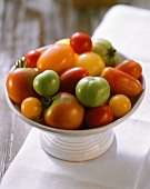 Tomaten verschiedener Farbe und Grösse in weisser Schale