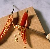 Chilischoten entkernen