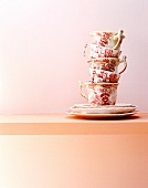 Gestapelte Teetassen im China Stil (mit weinrotem Aufdruck)