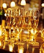 Champagnergläser in goldenem Licht