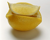 Zitrone mit Zitronenschnitz