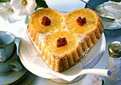 Herzförmiger Ananaskuchen mit Johannisbeeren