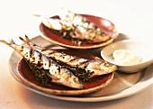 Gegrillte Sardinen und ein Schälchen Aioli (Knoblauchsauce)