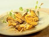 Kartoffelspieße mit Knoblauchöl, Schwarzkümmel & Sesam