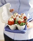 Mit Krebssalat gefüllte Tomaten, angerichtet im Eierkarton