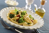 Pasta (penne) with dried tomatoes and broccoli