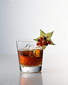 Ein Glas Black Sun (Cocktail mit Rum, Cointreau und Cola)