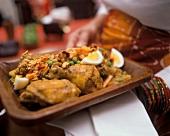 Hähnchen mit Erdnüssen und gekochten Eiern