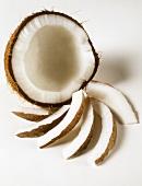 Eine geöffnete Kokosnus mit Kokosspalten