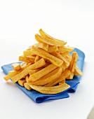 Pommes frites auf blauer Serviette