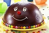 Torte mit bunten Schokolinsen zum Kindergeburtstag