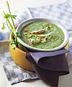 Cream of spinach soup with chicken and mushrooms