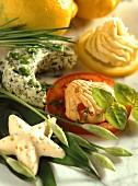 Dekorative Knoblauch-, Tomaten-, Kräuter- und Zitronenbutter