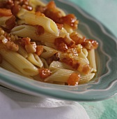 Penne alla diavola (Penne with tomatoes, chili and bacon)